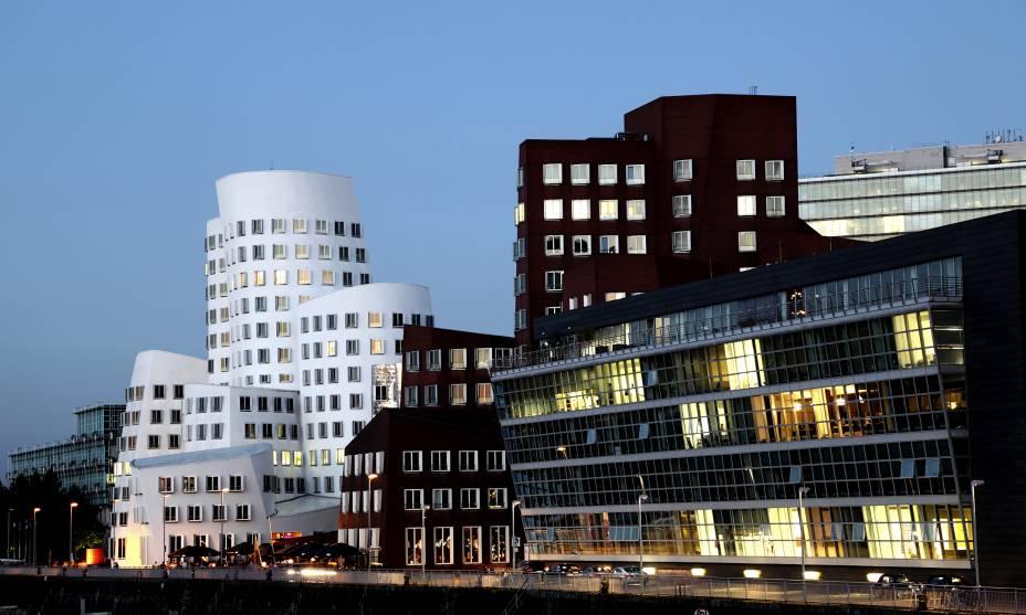 O bairro Medienhaffen de Düsseldorf tem edifícios projetados pelo arquiteto Frank Gehry