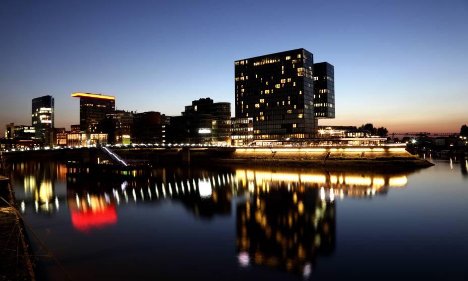 A cidade alemã de Düsseldorf vista do passeio do Reno