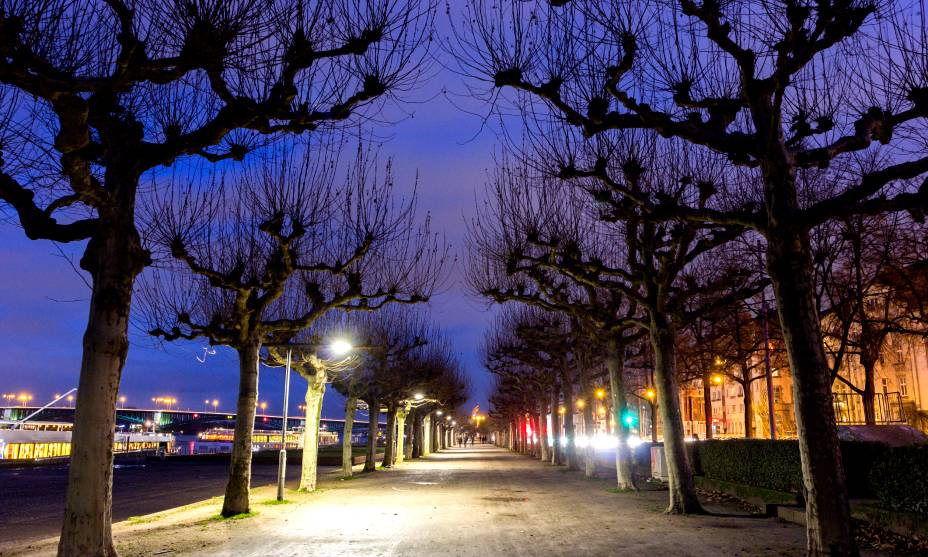 O lindo crepúsculo no calçadão do Reno em Düsseldorf, Alemanha