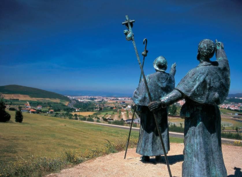 O monumento Monte del Gozo, na província de La Coruna, homenageia os peregrinos que passam pelo local