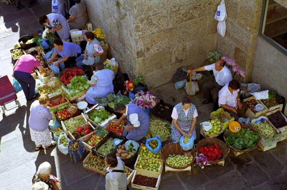 Vegetais, frutas e flores são vendidos na feira ao ar livre de Santiago de Compostela