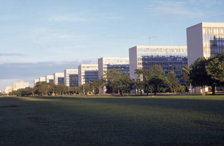Os departamentos do governo federal estão localizados na Esplanada dos Ministérios.
