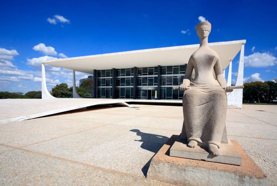 """Fachada e estátua do Supremo Tribunal Federal """"justiça""""de Alfredo Seschiatti no Eixo Monumental"""