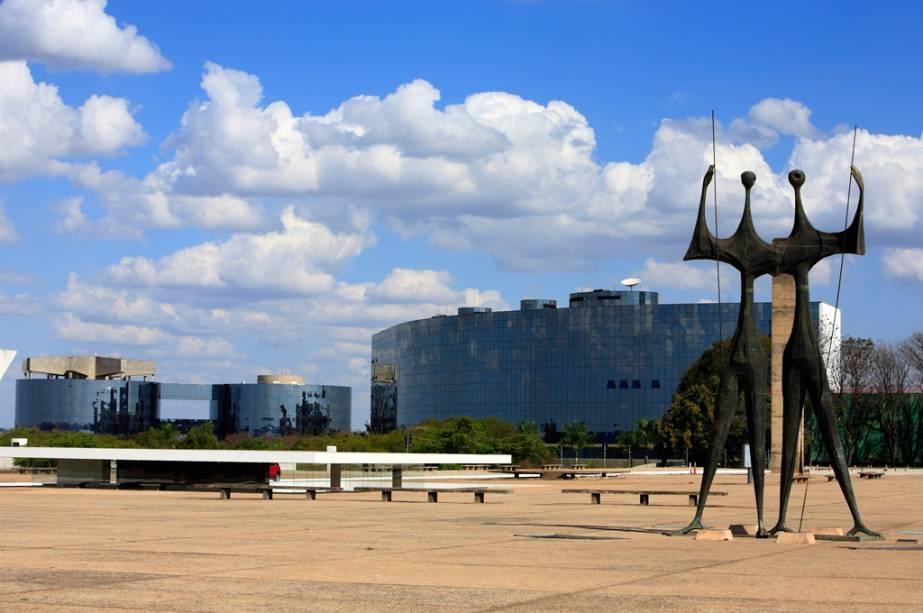 A Praça dos Três Poderes reúne o Congresso (poder legislativo), o Palácio do Planalto (poder executivo) e o Supremo Tribunal Federal (justiça).