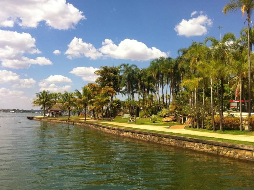 Pontão do Lago Sul é uma opção de lazer em Brasília.  O local reúne windsurf, lanchas, barcos além de restaurantes, bares e quiosques