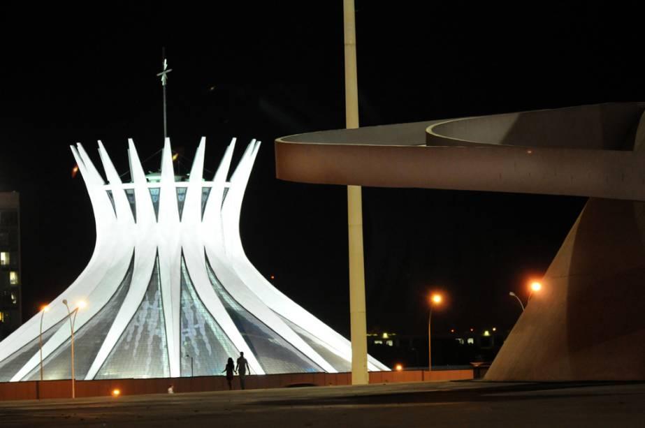 A Catedral Metropolitana de Nossa Senhora Aparecida em Brasília, localizada no eixo monumental, é um dos projetos mais conhecidos de Oscar Niemeyer