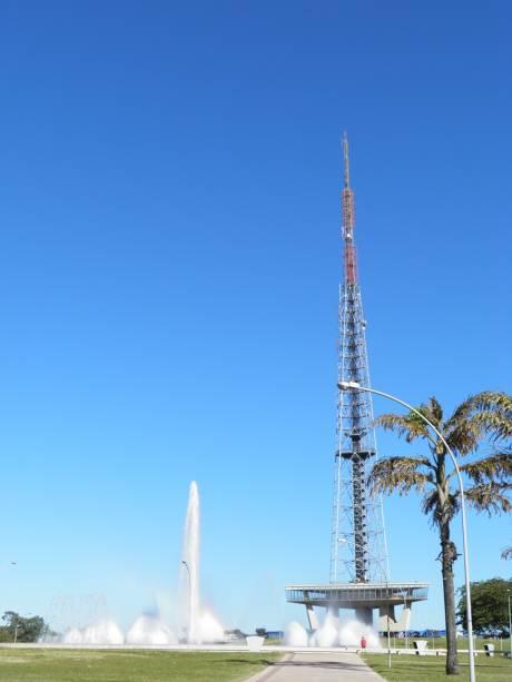 Uma das visitas a Brasília é a Torre de TV, que oferece uma vista panorâmica do eixo monumental, Lago Paranoá, Parque da Cidade e Asa Sul e Norte.  A estrutura metálica de 75 m de comprimento projetada por Lucio Costa é a mais alta da América Latina