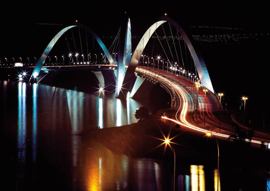 Os três arcos acima da ponte Juscelino Kubitschek, com 1,2 km de extensão, inaugurada em 2002, são inspirados no movimento de uma pedra batendo na superfície da água.