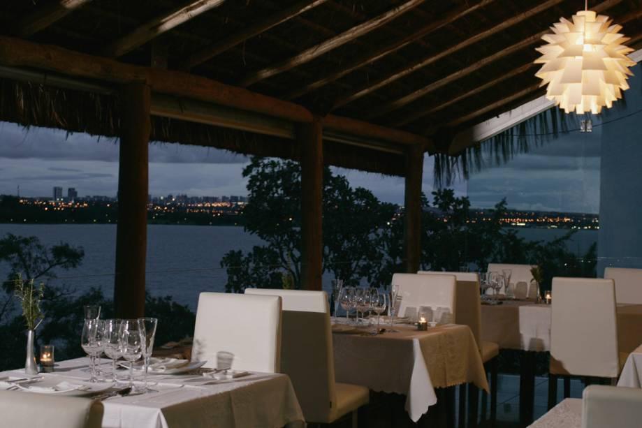 A varanda do restaurante Aquavit com vista para o Lago Paranoá