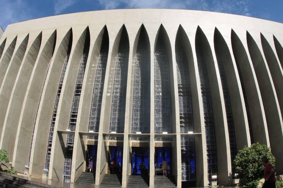 O Santuário de Dom Bosco chama a atenção com a luz azul que pinta toda a área.  Isso ocorre porque a igreja é cercada por janelas em vez de paredes.
