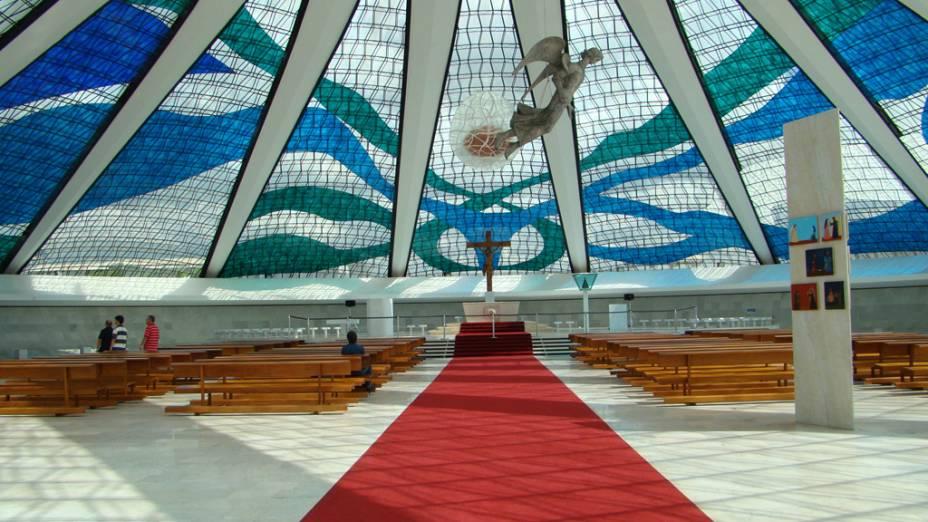 Como a Catedral Metropolitana de Brasília foi construída no subsolo, por dentro ela é maior do que o esperado.  O site reúne obras de Di Cavalcanti, Ceschiatti e Athos Bulcão
