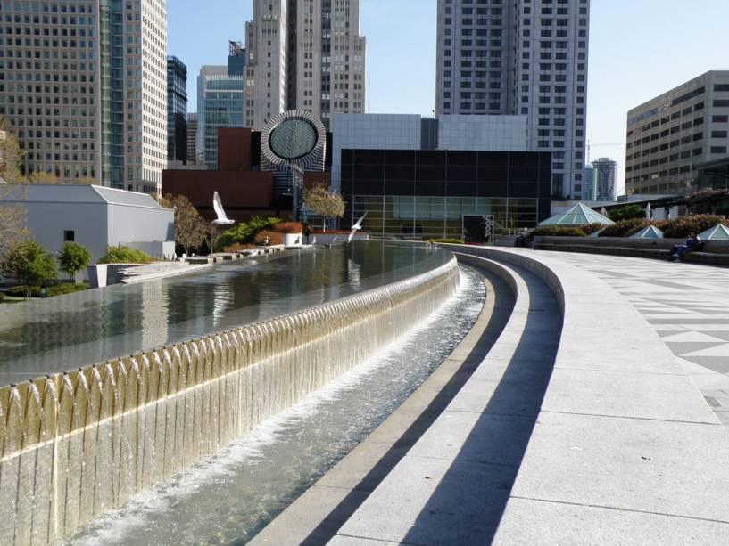 Jardins de Yerba Buena e ao fundo o Museu de Arte Moderna de São Francisco