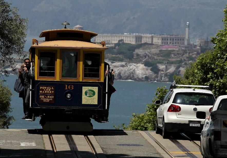 Teleférico Teleférico de São Francisco, com a ilha de Alcatraz ao fundo