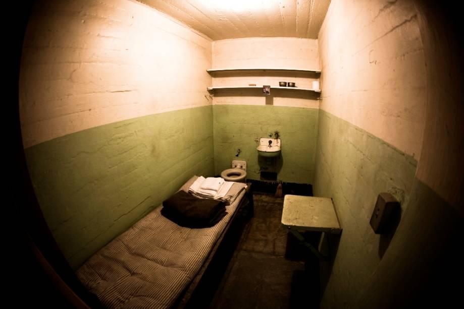 """<strong>Alcatraz, fuga impossível –</strong>""""http://viajeaqui.abril.com.br/cidades/estados-unidos-san-francisco"""" rel =""""São Francisco"""" Meta =""""_vazio""""> São Francisco,""""http://viajeaqui.abril.com.br/paises/estados-unidos-sao-francisco"""" rel =""""Estados Unidos"""" Meta =""""_vazio""""> Estados Unidos Em um dos cenários urbanos mais idílicos do mundo, uma pequena ilha cercada por água gelada é um estranho testamento de outra era.  A prisão na qual residiam personagens como Al Capone e George """"Machine Gun"""" Kelly entrou na fantasia popular de uma vez por todas com a gravação da fuga espetacular de Frank Morris e dos Irmãos Anglin.  Hoje""""http://viajeaqui.abril.com.br/estabelecimentos/estados-unidos-san-francisco-atracao-alcatraz"""" rel =""""Alcatraz"""" Meta =""""_vazio""""> Alcatraz é um parque público e está conectado ao parque por barcaças""""http://viajeaqui.abril.com.br/estabelecimentos/estados-unidos-san-francisco-atracao-fisherman-s-wharf"""" rel =""""Doca do pescador"""" Meta =""""_vazio""""> <strong>Doca dos Pescadores</strong> .  <strong>Alcatraz, fuga impossível</strong> ( <em>Fuga de Alcatraz</em> , Estados Unidos, 1979) <strong>Diretor:</strong> Don Siegel <strong>Ator:</strong> Clint Eastwood"""" class=""""lazyload"""" data-pin-nopin=""""true""""/></div> <p class="""