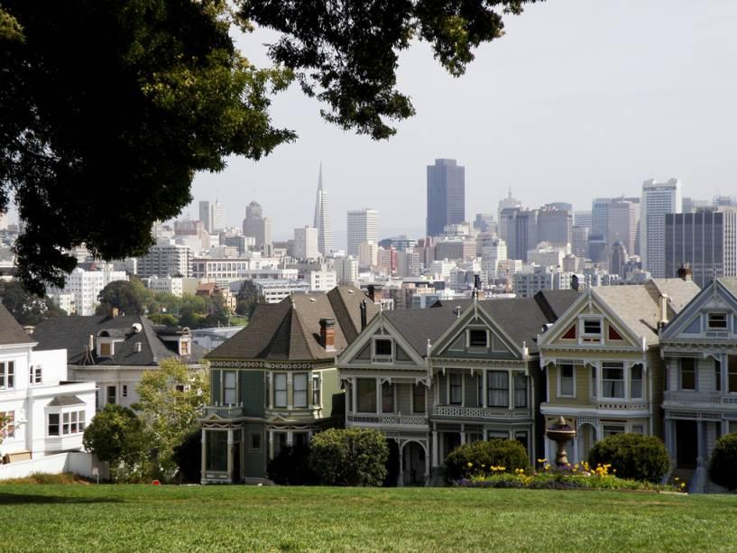 A paisagem de São Francisco é composta por casas e edifícios vitorianos modernos