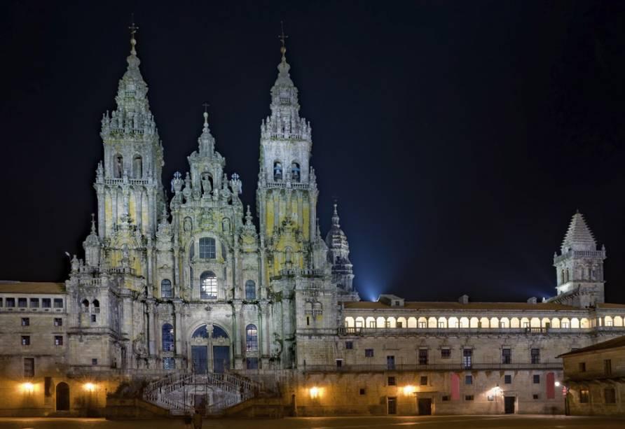 A Sé Catedral de Santiago de Compostela foi construída no século XII por ordem de Afonso II quando este soube que os alegados restos mortais do apóstolo Tiago tinham sido sepultados na cidade.