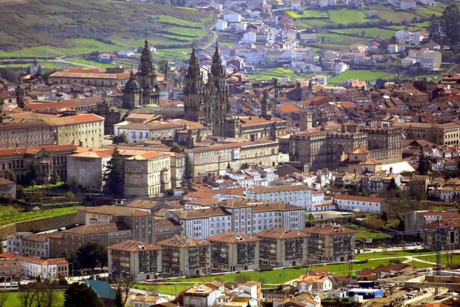 Segundo a tradição, o corpo do apóstolo Tiago foi secretamente enterrado na cidade, colocando Santiago de Compostela no mapa de milhares de peregrinos