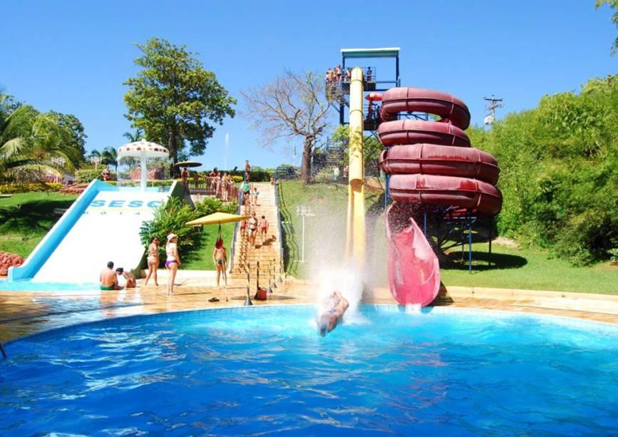 """Com um espaço verde equivalente a quase dois maracanãs, um parque aquático e um centro cultural, oferece""""http://viajeaqui.abril.com.br/estabelecimentos/br-go-caldas-novas-hospedagem-sesc-caldas-novas"""" rel =""""Sesc Caldas Novas"""" Meta =""""_vazio""""> O Sesc Caldas Novas oferece atrações para toda família.  É uma boa opção de hospedagem para quem quer relaxar nas águas termais da região."""" class=""""lazyload"""" data-pin-nopin=""""true""""/></div> <p class="""
