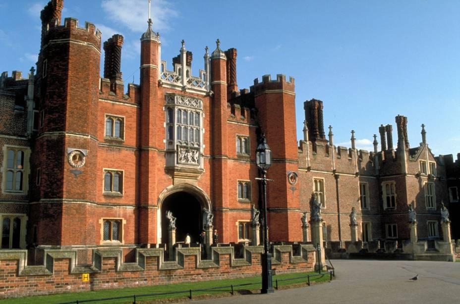 O Palácio de Hampton Court, nos arredores de Londres, tem atrações como enormes cozinhas, a Capela Real e belos jardins