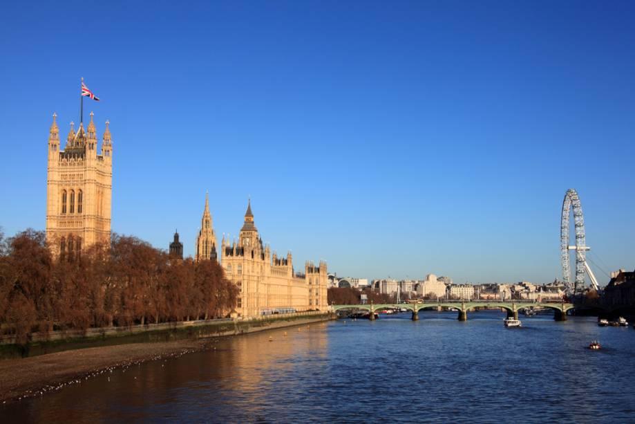 Vista do Tamisa com o Palácio de Westminster à esquerda e o London Eye à direita