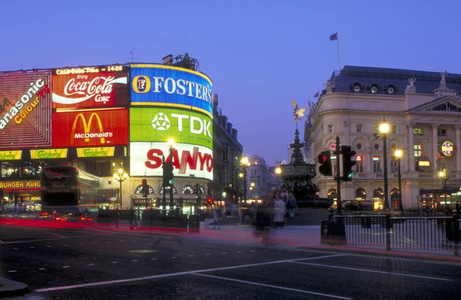 Piccadilly Circus Square e a Fonte Eros