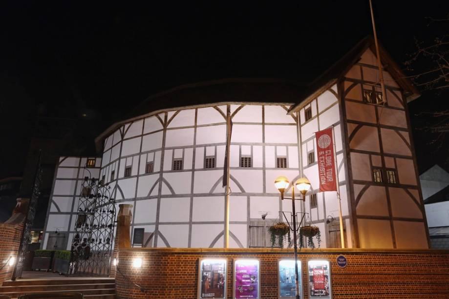 Reconstrução do antigo teatro The Globe de William Shakespeare nas margens do Tamisa, em Londres