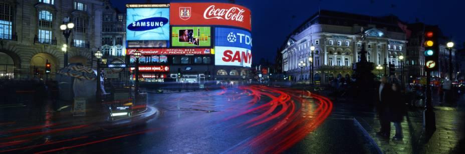 Piccadilly Circus no centro da cidade e fonte de Eros