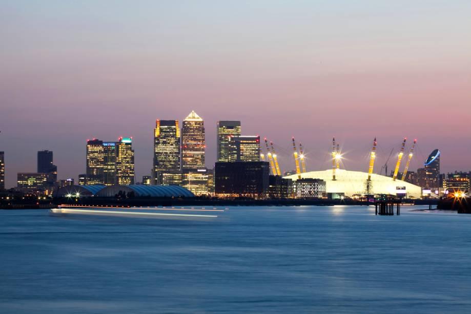 Os cais do distrito financeiro de Canary Wharf e o gigantesco Millennium Dome projetado pelo arquiteto Richard Rogers, onde acontecem apresentações musicais