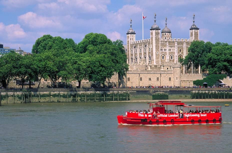 A histórica Torre de Londres, uma fortaleza construída por Guilherme, o Conquistador, às margens do Tamisa