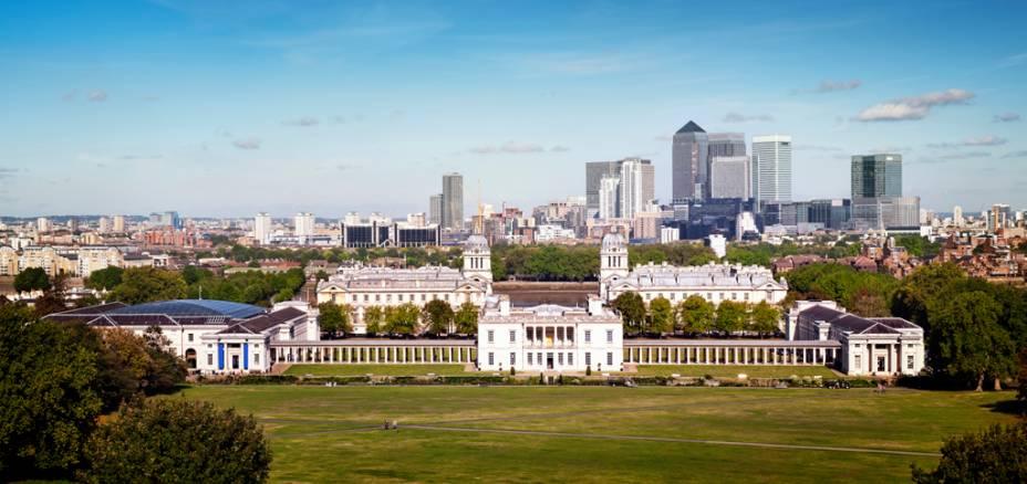 Museu Naval de Greenwich, com edifícios do distrito financeiro de Canary Wharf ao fundo