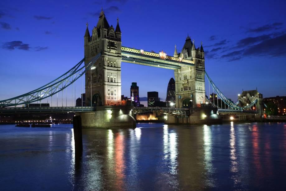 """Tower Bridge, concluída em 1894, foi aberta ao público em 1910 com uma exposição permanente """"A experiência da Tower Bridge"""""""