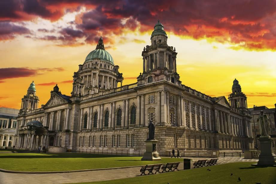 O edifício da Câmara Municipal é um dos mais bonitos da cidade de Belfast, na Irlanda do Norte.  Lá dentro, você pode fazer um tour e descobrir obras de arte públicas.  A prefeitura fica totalmente iluminada à noite