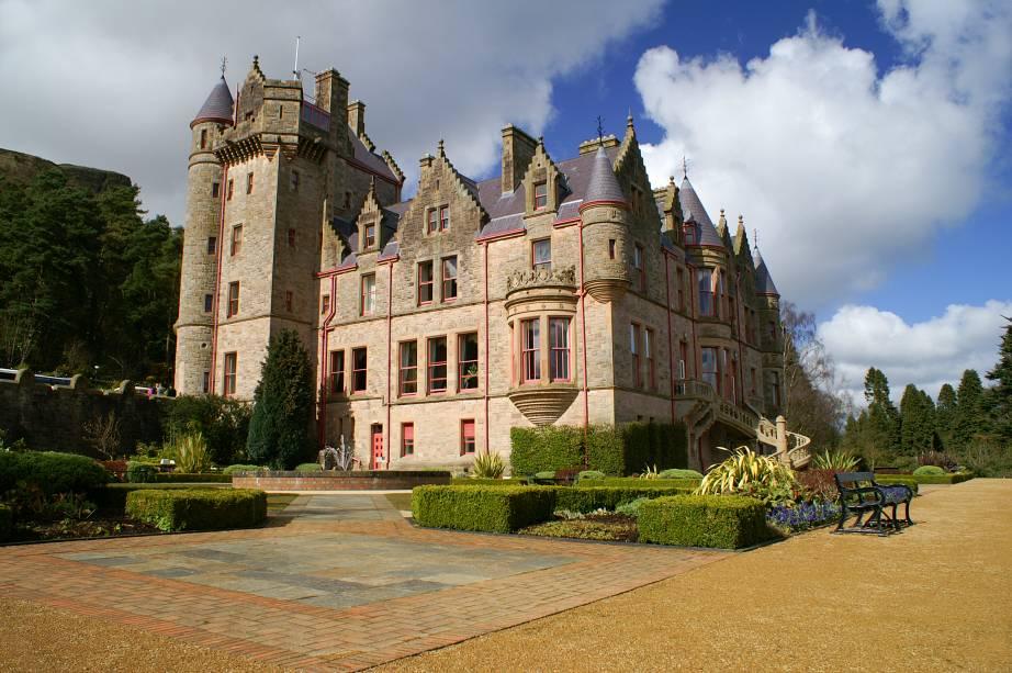 """Castelo de Belfast, na capital de""""http://viajeaqui.abril.com.br/paises/irlanda-do-norte"""" rel =""""Irlanda do Norte""""> A Irlanda do Norte foi construída em meados da década de 1870 e passou por vários processos de restauração ao longo dos anos que ainda mantêm sua exuberância hoje.  Além de participar de passeios e eventos, os visitantes também podem organizar casamentos"""" class=""""lazyload"""" data-pin-nopin=""""true""""/></div> <p class="""