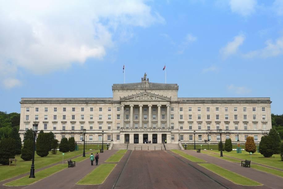 """O Edifício do Parlamento, sede da Assembleia de""""http://viajeaqui.abril.com.br/paises/irlanda-do-norte"""" rel =""""Irlanda do Norte""""> A Irlanda do Norte é cercada por um enorme jardim.  Os passeios duram entre 30 e 45 minutos"""" class=""""lazyload"""" data-pin-nopin=""""true""""/></div> <p class="""