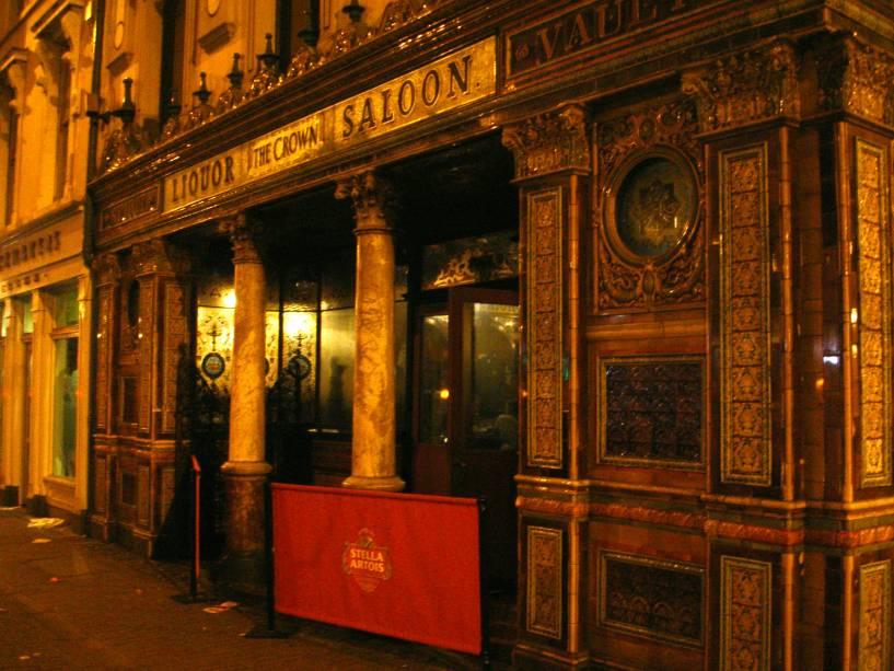 """O Crown Liquor Saloon é um pub tradicional da cidade""""http://viajeaqui.abril.com.br/cidades/irlanda-do-norte-belfast"""" rel =""""Belfast""""> Belfast é uma escala obrigatória durante a sua estadia na capital.  Além do ambiente aconchegante, há diversas cervejas e petiscos"""" class=""""lazyload"""" data-pin-nopin=""""true""""/></div> <p class="""