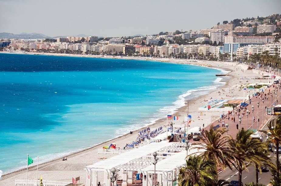 A vista deslumbrante da Promenade des Anglais em Nice, com suas vilas e hotéis luxuosos à beira-mar