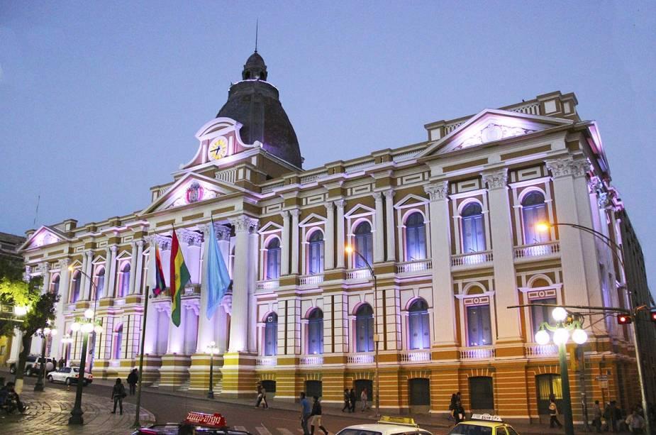 O Palácio Presidencial da Bolívia tem o brasão do país na fachada e hoje - sob a liderança do primeiro nativo da história, Evo Morales - leva uma bandeira quadriculada e colorida, que representa o símbolo dos povos pré-colombianos