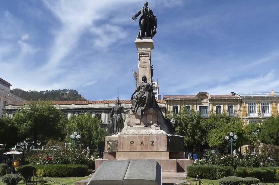 A Plaza Murillo abriga os edifícios públicos mais importantes da capital boliviana, como a Catedral e o Palácio Presidencial.  Na foto, a estátua do Presidente Gualberto Villarroel.  Em 1946, durante um levante popular, ele foi expulso à força do palácio e enforcado em um poste da praça.