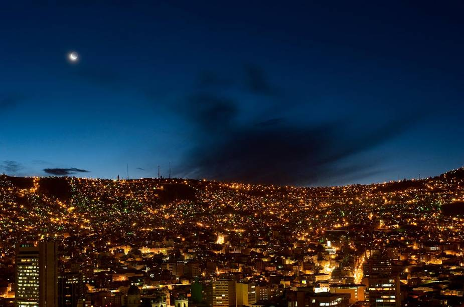 Vista noturna de La Paz: Esta vista é comum em caminhadas noturnas na cidade, pois as casas estão espalhadas pelo vale