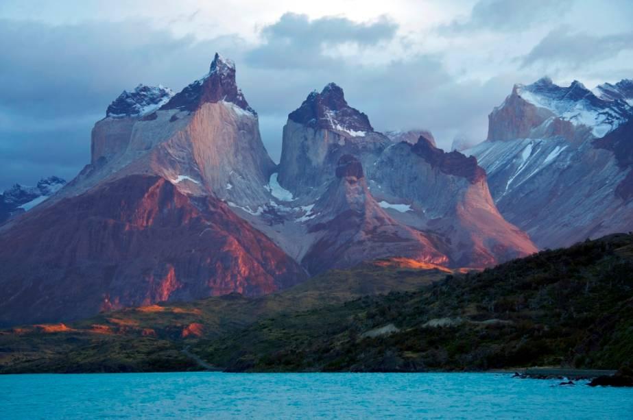 O maciço Paine é uma classe geológica impressionante com suas diferentes camadas de rocha.  O seu topo é constituído por uma grande camada de sedimentos (que já falta nas torres), enquanto a parte central é de granito.  Vento, gelo e terremotos contribuíram para a forma única das montanhas, repletas de picos e vales