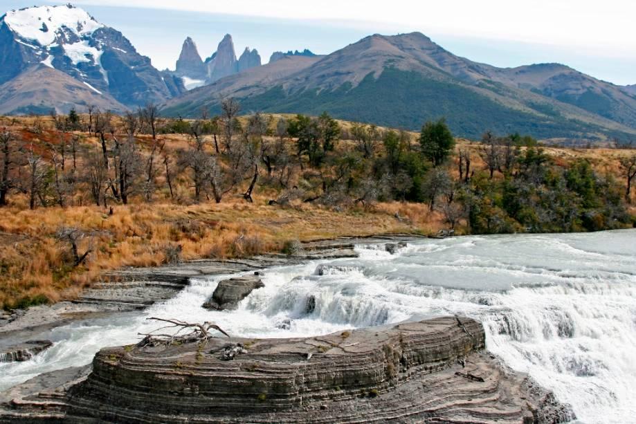 Cachoeira do rio Paine com torres de granito ao fundo