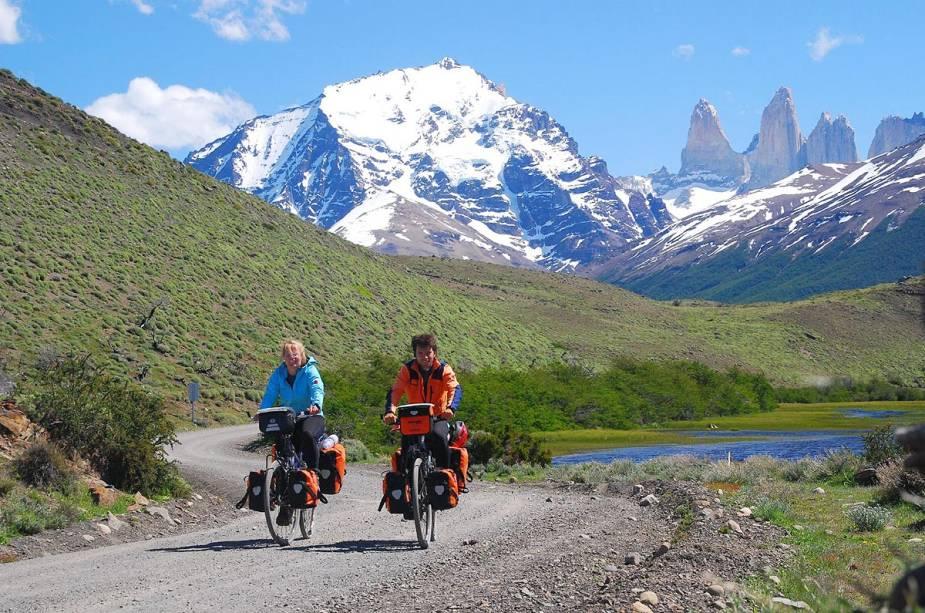Casal explorando Torres del Paine de bicicleta