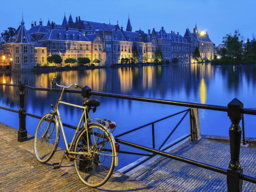 Os canais de Haia criam um cenário único e fascinante, perfeito para passeios de bicicleta que definem a identidade dos holandeses.  Ao fundo, a beleza do Palácio Binnenhof