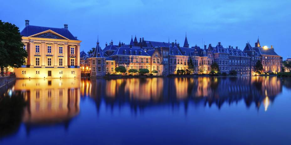 O pôr do sol começa no Museu Mauritshuis, um dos museus mais importantes e elegantes do país, e no Palácio Binnenhof, um complexo de edifícios históricos no centro de Haia, Holanda