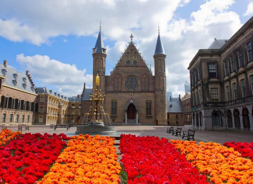 Ridderzaal foi construído no século 13 e é caracterizado por uma bela arquitetura gótica.  Os eventos parlamentares acontecem aqui