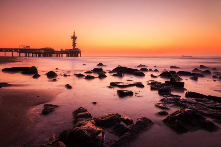 O distrito de Scheveningen, em Haia, possui uma bela praia onde moradores e visitantes se reúnem para praticar esportes como kitesurf e windsurf.  As rochas formam a paisagem do litoral e marcam uma bela paisagem