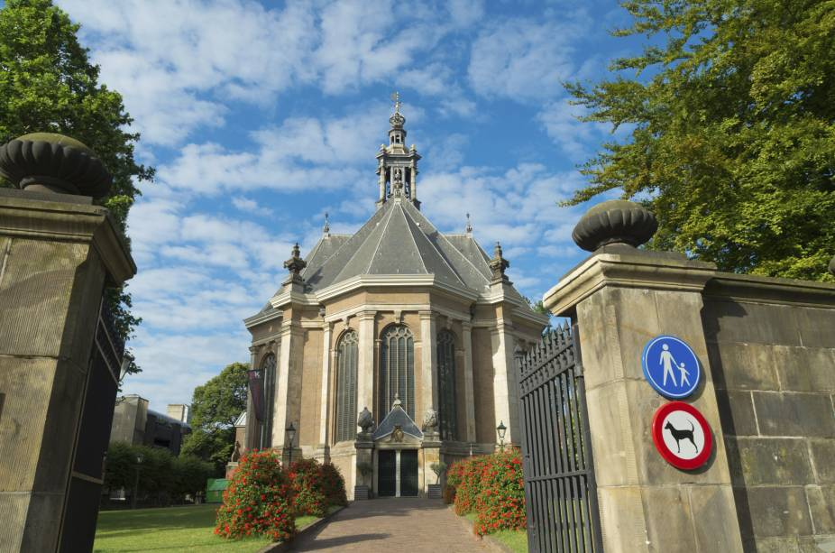 O Nieuwe Kerk ou simplesmente a nova igreja foi construído em 1649 e concluído sete anos depois.  Em 1969 a igreja foi fechada para obras de restauração e reaberta como uma importante sede