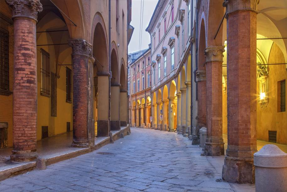 """A cidade de Bolonha, cerca de 80 km""""http://viajeaqui.abril.com.br/cidades/italia-florenca-firenze"""" rel =""""Florença"""" Meta =""""_vazio""""> Florença, também conhecida como La Rossa: os edifícios medievais em terracota adornados com varandas que cobrem as calçadas da cidade são o seu sinal distintivo"""" class=""""lazyload"""" data-pin-nopin=""""true""""/></div> <p class="""