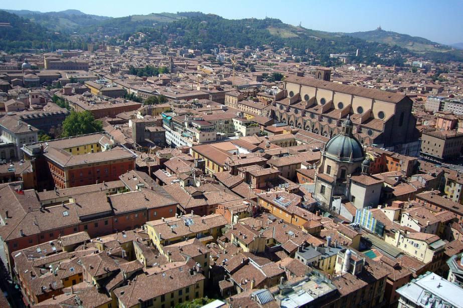 """Vista do centro histórico de Bolonha.  O edifício mais alto no canto superior direito é aquele""""http://viajeaqui.abril.com.br/estabelecimentos/italia-bolonha-atracao-igrejas"""" rel =""""Igreja de San Petronio"""" Meta =""""_vazio""""><noscript><img data- src="""