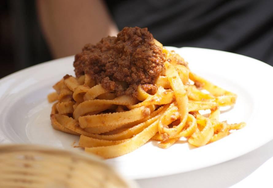 Em vez de espaguete à bolonhesa, peça tagliatelle al ragù aqui.  Você terá uma massa maravilhosa e ainda assim não parecerá torto do garçom